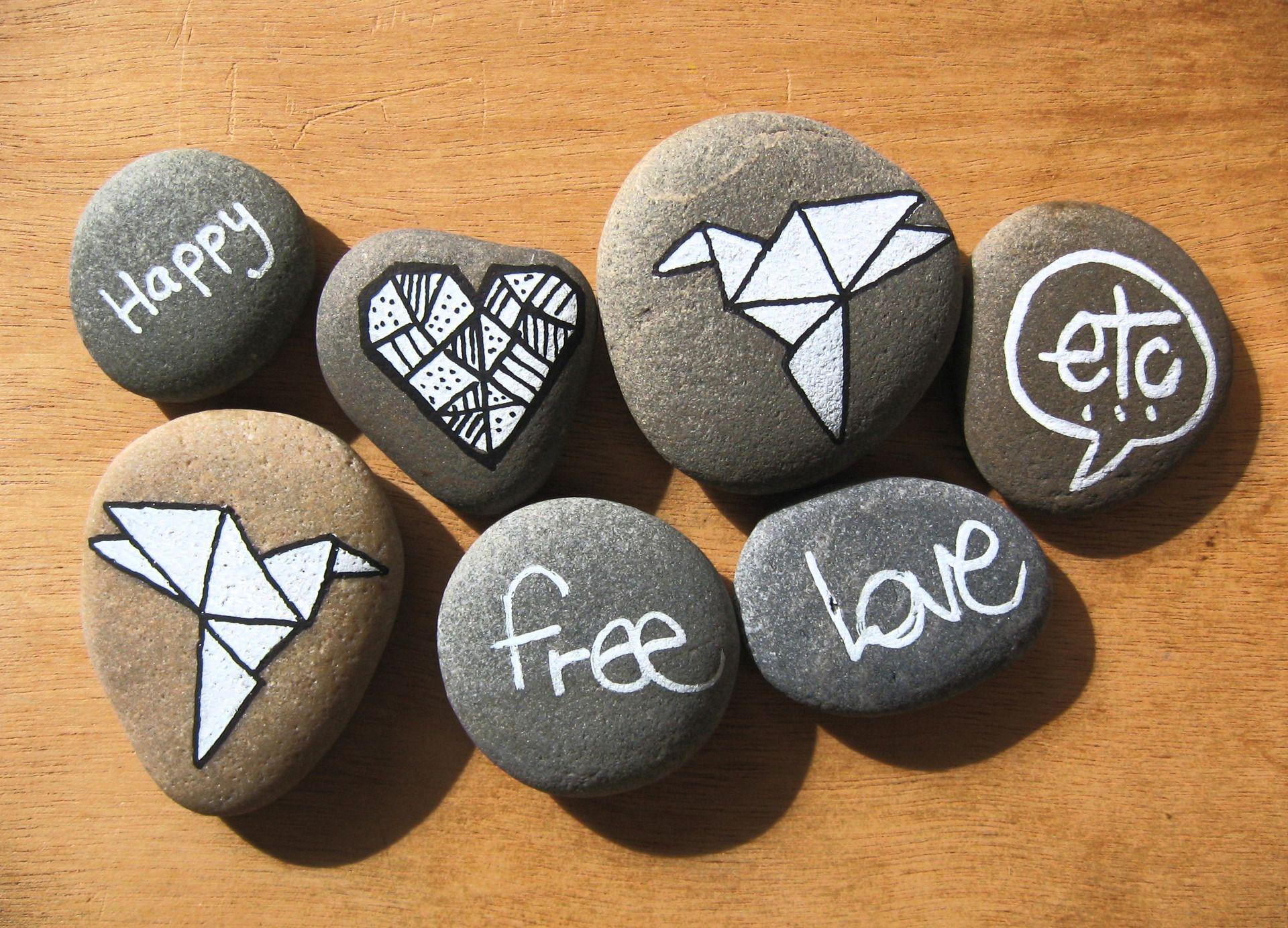 Galet De Plage Peint La Main Avec Motif Colombe Et Coeur En Origami Et Texte Happy Love Free