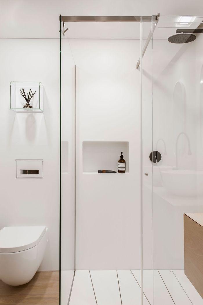 Design Moderne Style Minimaliste Exemple Salle De Bain 5m2 Aux Murs Blancs Avec Cabine De Douche Paroi Verre Cuvette Suspendue Meubles Bois Rangement Mural Glas