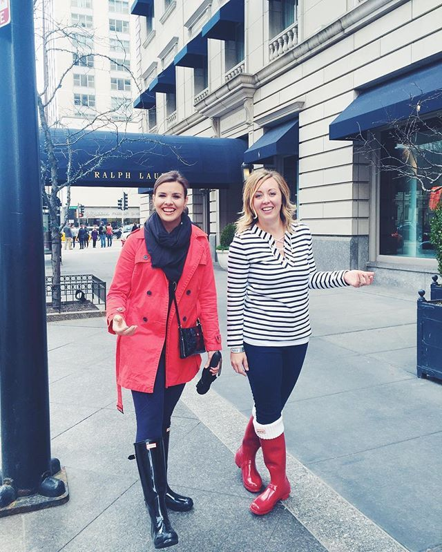 When country girls get to wear their Hunter Boots in the city #hunterboots #rainboots #boots #streetstyle