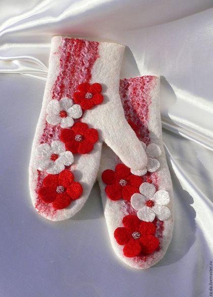 Купить или заказать Рукавички валяные 'Румяные щёчки' в интернет-магазине на Ярмарке Мастеров. Очень тёплые и плотные рукавички для холодной зимы. Нарядные, яркие, поднимающие настроение. Украшены декоративными волокнами шёлка и вискозы, расшиты бисером двух цветов. К таким рукавичкам , да раскрасневшиеся на морозе щёчки :-) Моя авторская модель.
