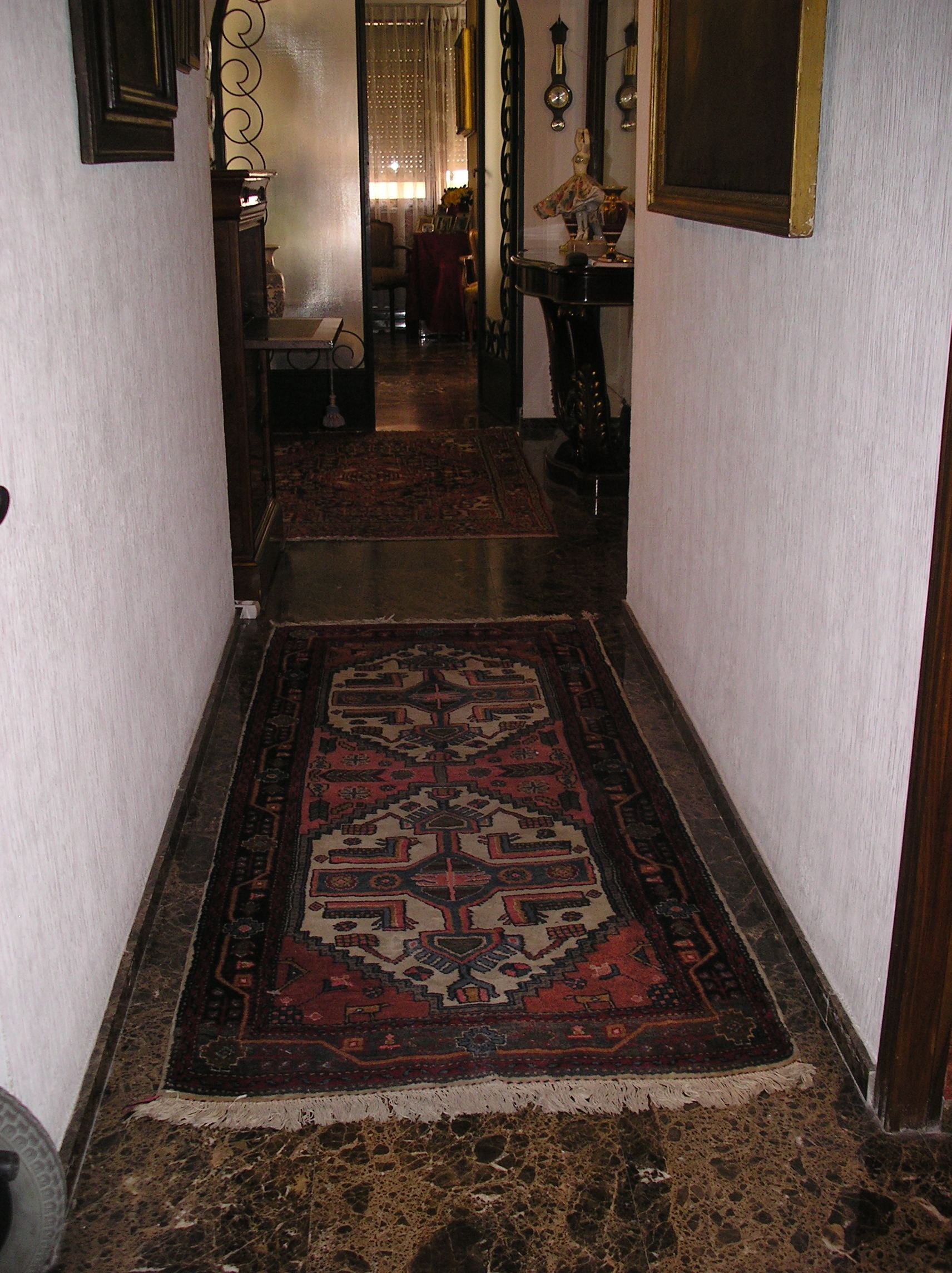 mi entrada zona de paso con alfombra persa entradas