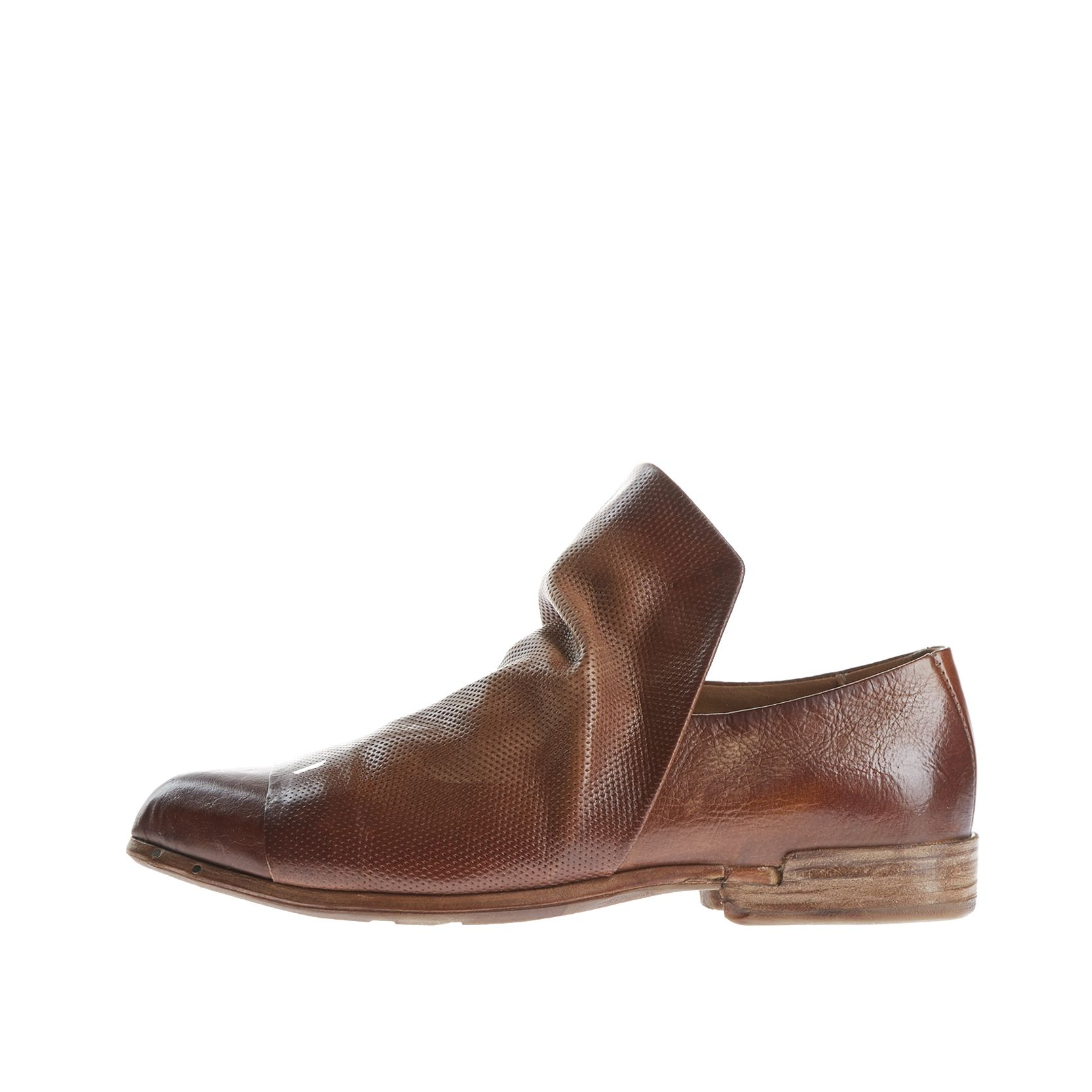 Pointed bootie made of a leather mix. Especially the implied leather gaiter with long leather tongue attracts the attention. The vintage finish of the