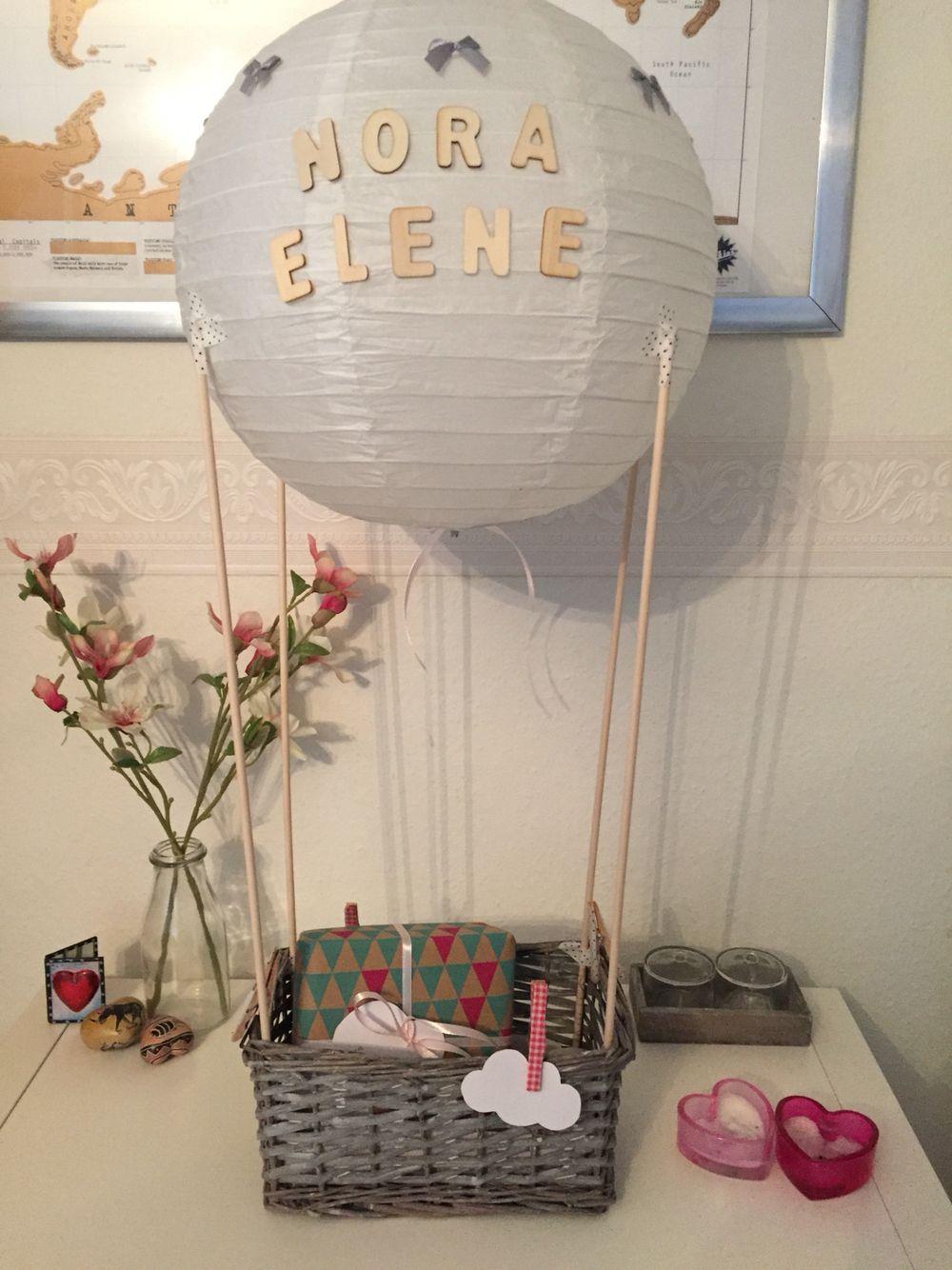 kraamcadeau luchtballon gevuld met cadeautjes mandje