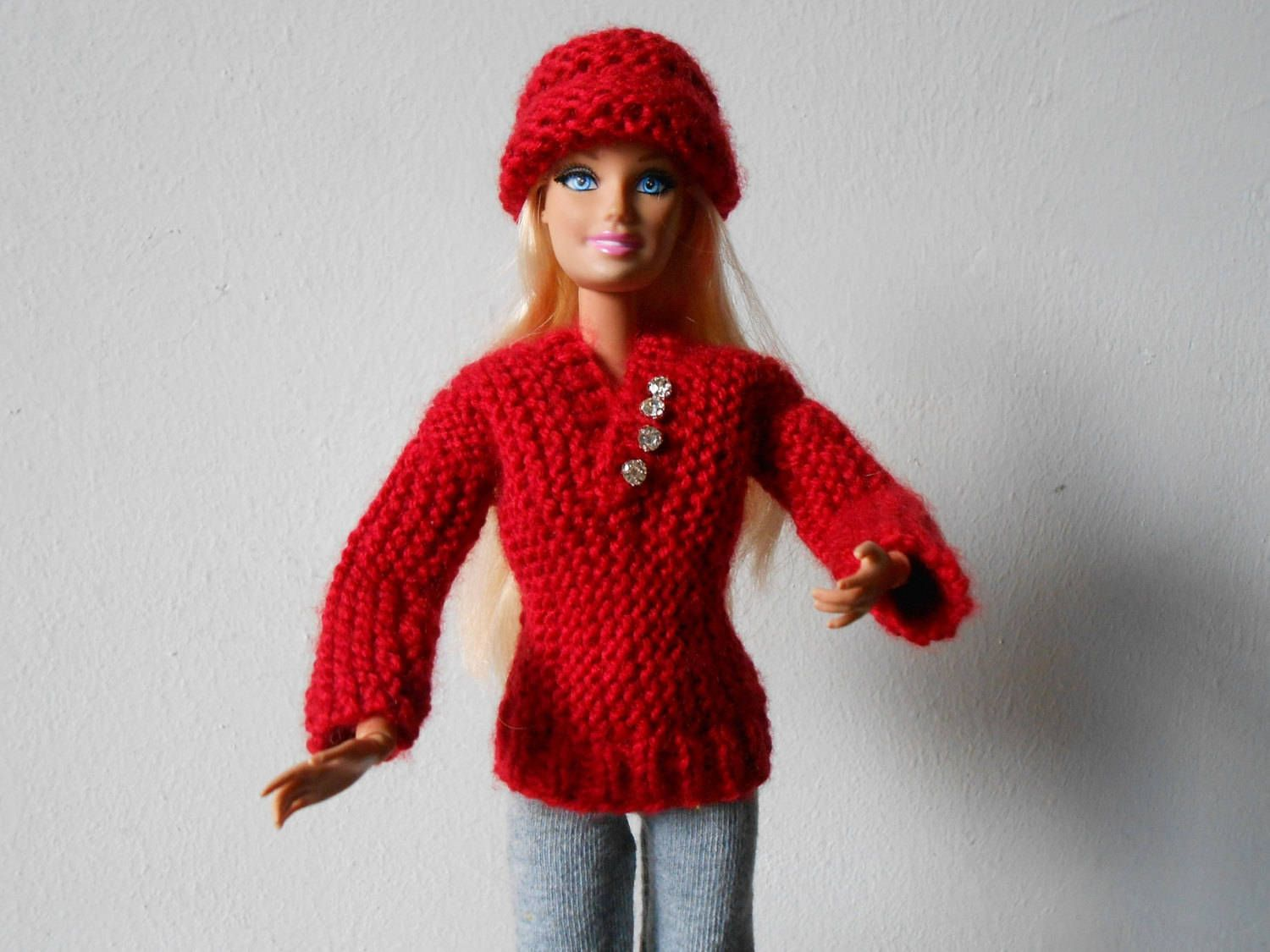 Hand knitted  burgundy Barbie sweater and hat, bordeaux sweater + hat for Barbie doll, Barbie pullover, Barbie beanie. di lepropostedimari su Etsy