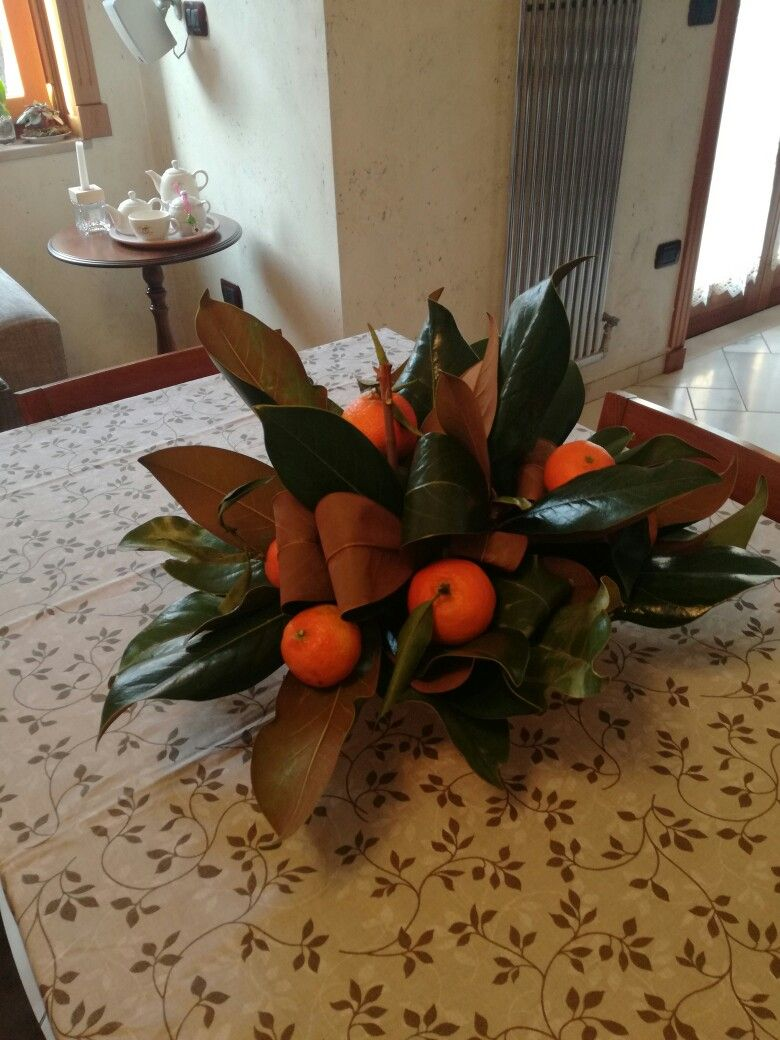 Decorazioni Natalizie Con Foglie Di Magnolia.Centrotavola Invernale Con Foglie Di Magnolia Ed Agrumi