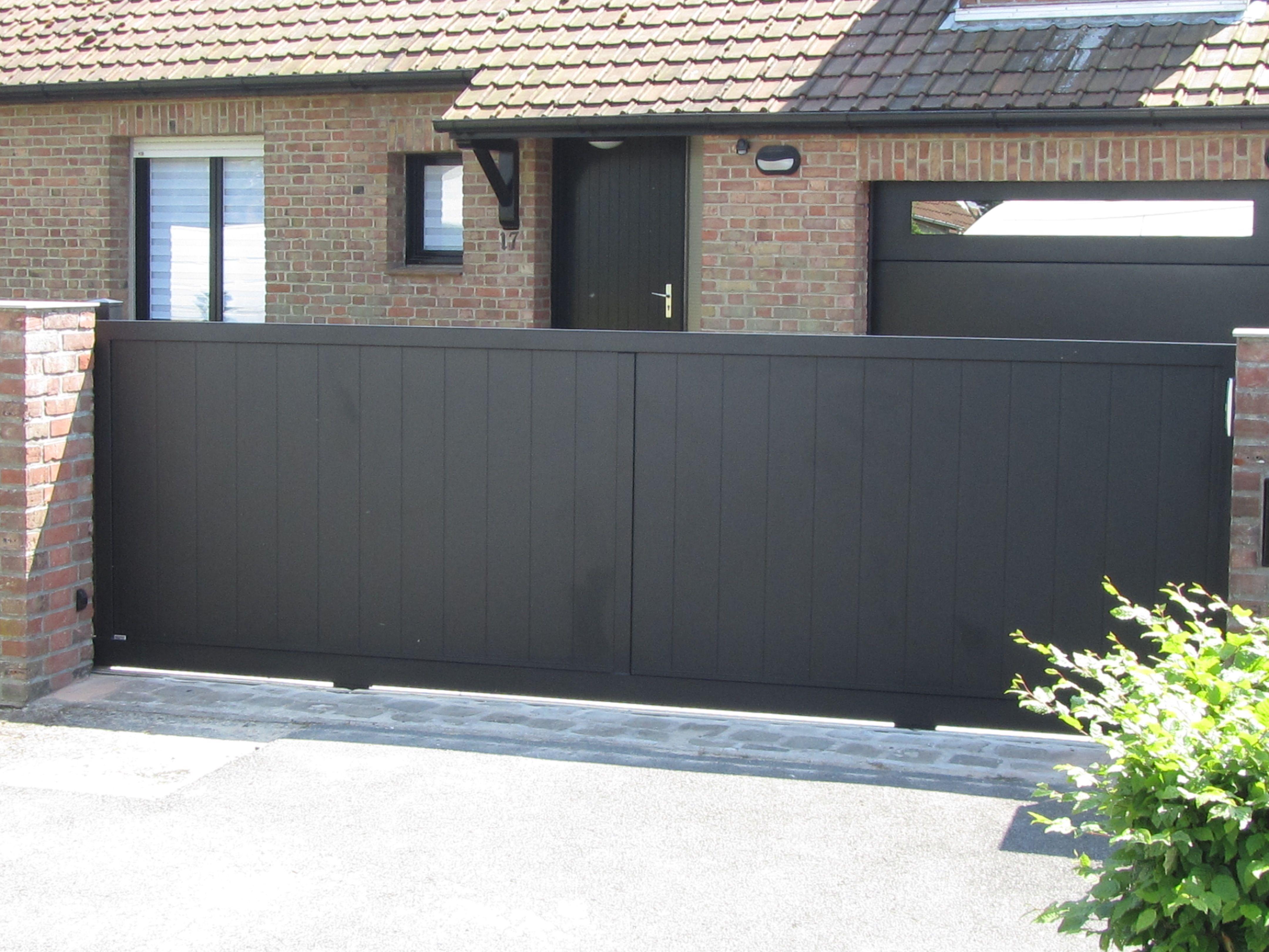 Portail alu macon coulissant mod le 2 vantaux remplissage lames verticales portail macon for Portail 2 vantaux
