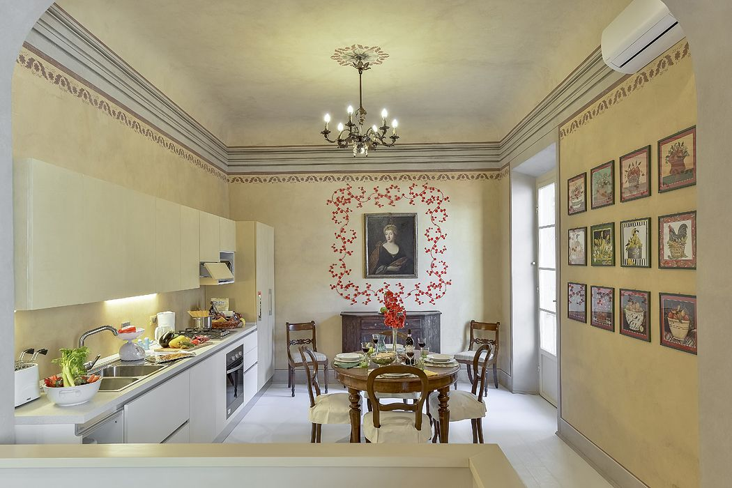 Carraia: Frescoed and romantic apartment located in Florence in the Oltrarno area about only a 10 minutes from Ponte Vecchio. It can comfortably accommodate up to 4 people, it has 2 bedrooms and 2 bathrooms. Air conditioning in every room. #luxury #apartment #accommodation #florence #tuscany #italy #travel