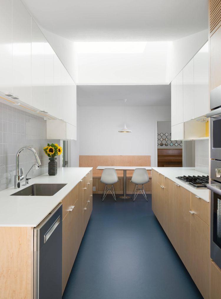Zweizeilige Küche Kombüse Planen Tipps Ideen Gestaltung Dunkelblau  Küchenschrank Sitzgelegenheit Stühle