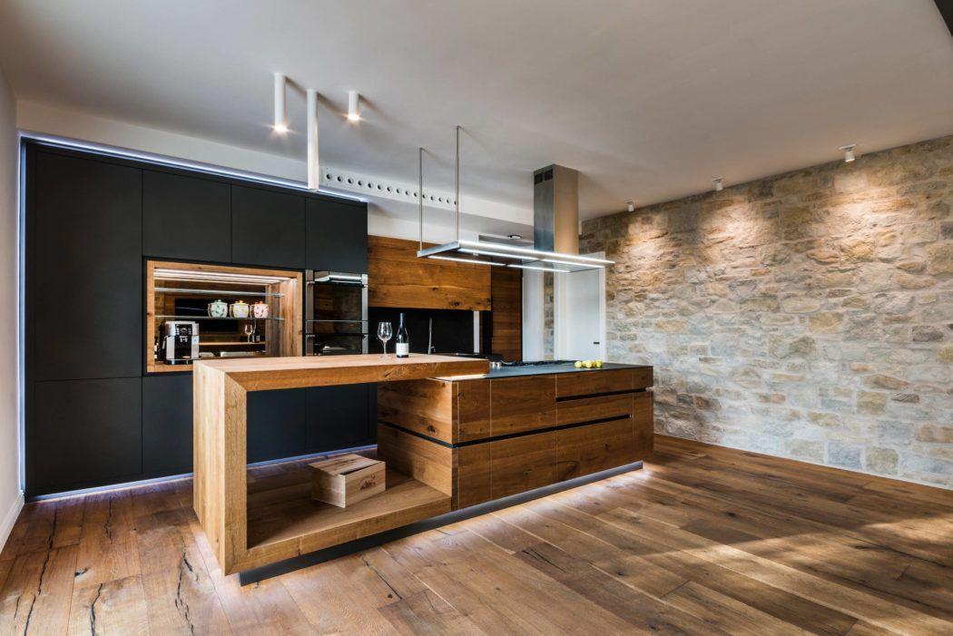 Massivholzküche aus Donaueiche mit quer durchlaufender Front - led leiste küche
