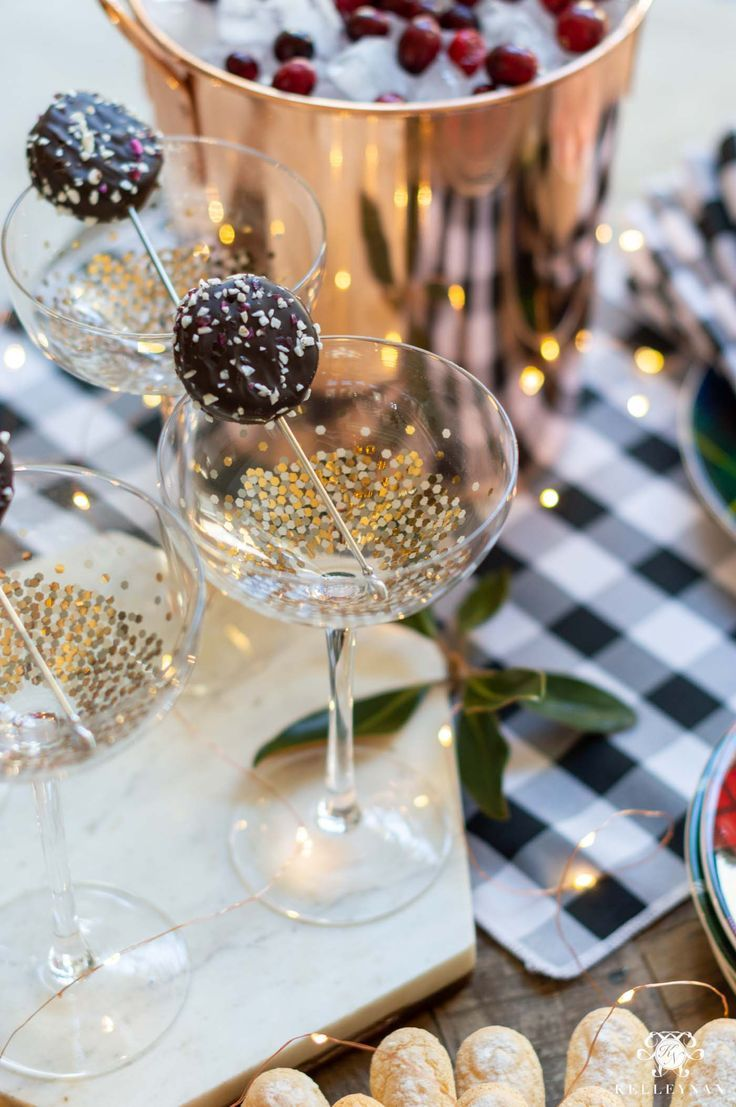 Christmas Party Ideas - Cookie Garnish for Champagne on New Years' Eve. #newyears #newyearseve #champagne #partyideas