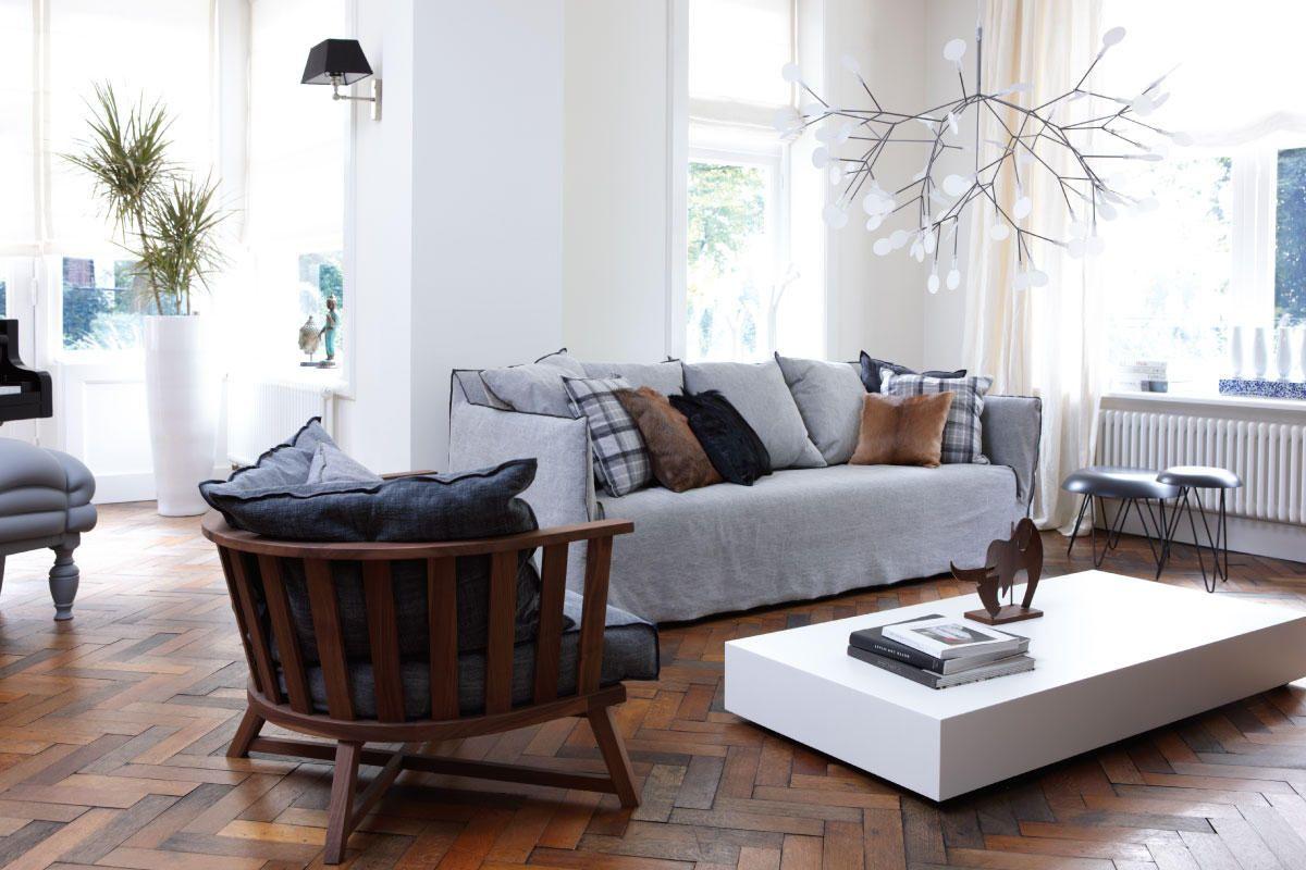 Woonkamer met visgraat houten vloer en moderne meubels met for Houten meubels woonkamer