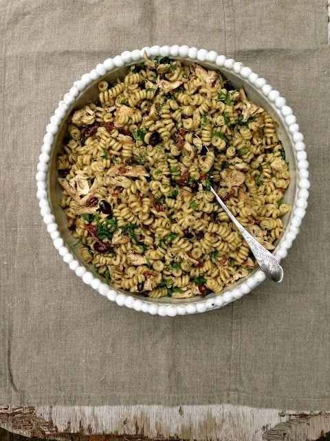 Mat på Bordet: Kylling- og pastasalat med pesto, oliven og soltørkede tomater