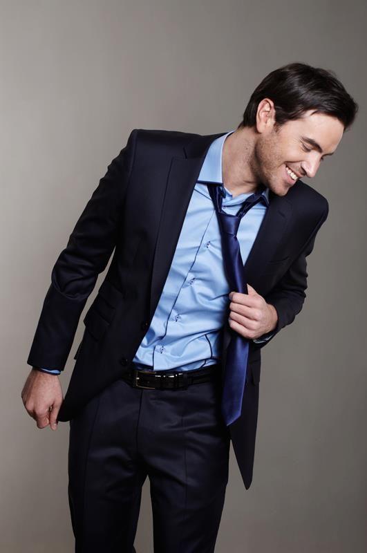 pour un look multifonction adoptez le costume bleu brillant avec une chemise slim bleu ciel