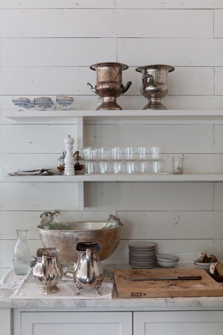 Lautaseinä toimii valkoisena tässä keittiösisustuksessa.