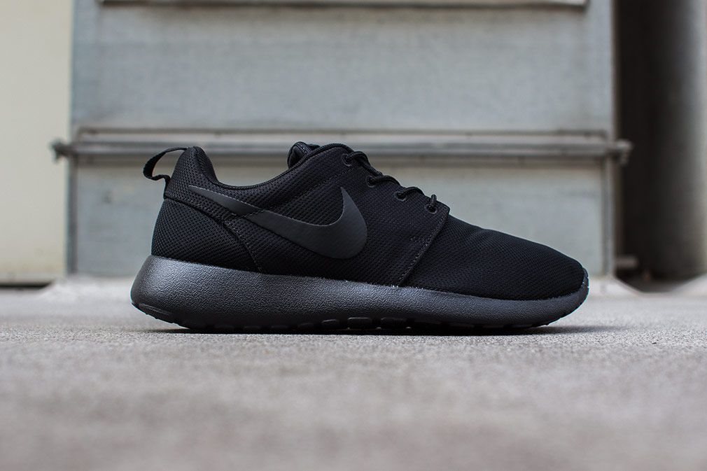nike roshe run black mono
