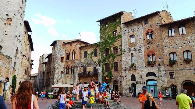 Piazza della Cisterna, San Gimignano - Itália  Visiting and exploring this beautiful medieval Italian city. Travel tips and photos. If you enjoy, hit +1 please  #sangimignano #italy #italia #travel #traveltips #tourism #vacation #viagem #viajar #turismo #ferias