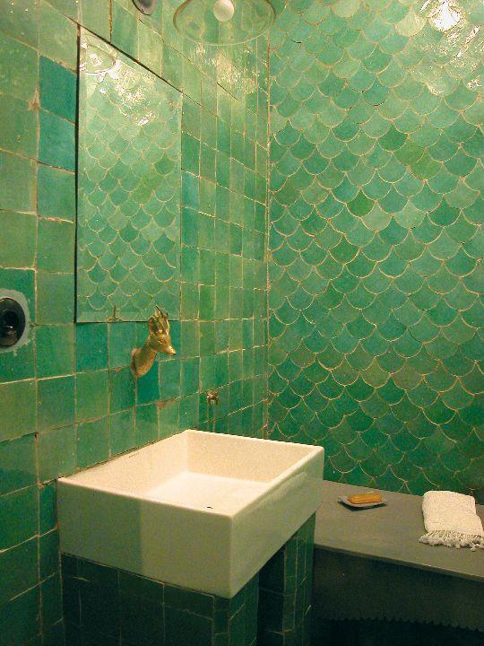 Salle de bains avec du carrelage marocain. Mur du fond en \