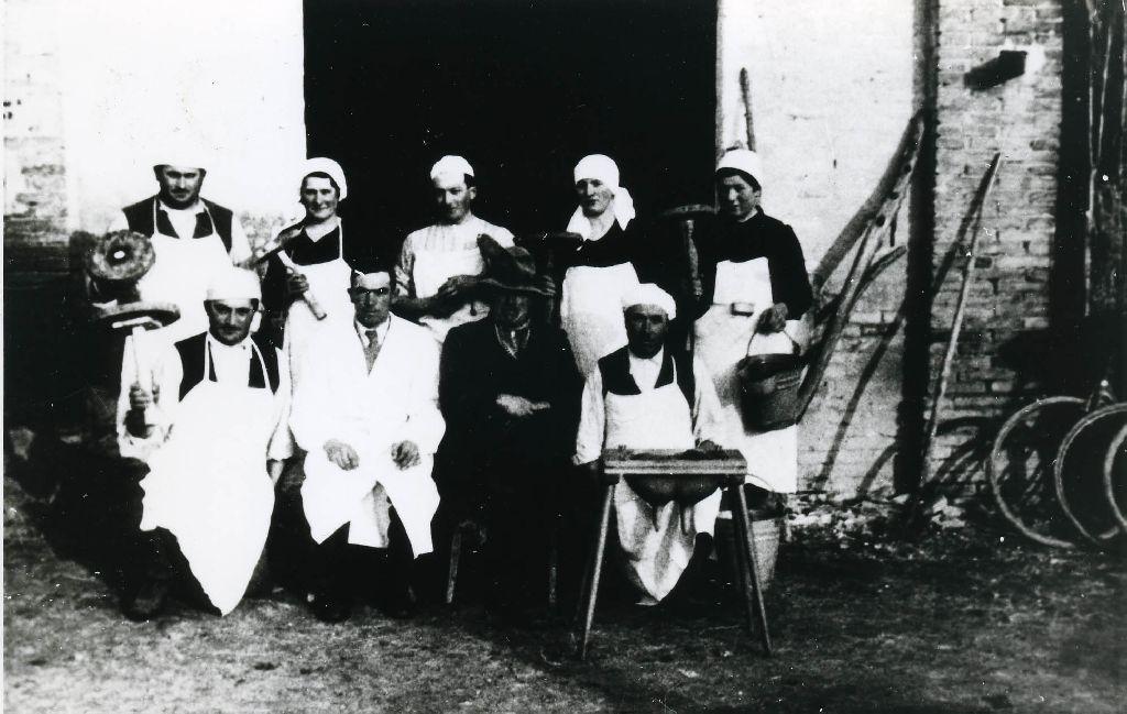 Gruppo di partecipanti ad una scuola di mungitura ritratto