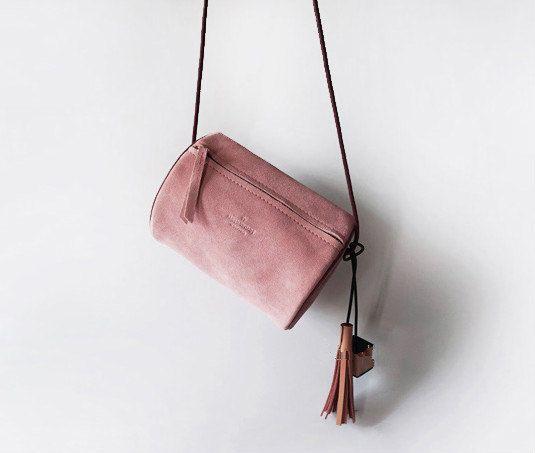 43f384567bc Gum roze Suede Cross body tas van CloudAndRock op Etsy | MODE - Bags ...