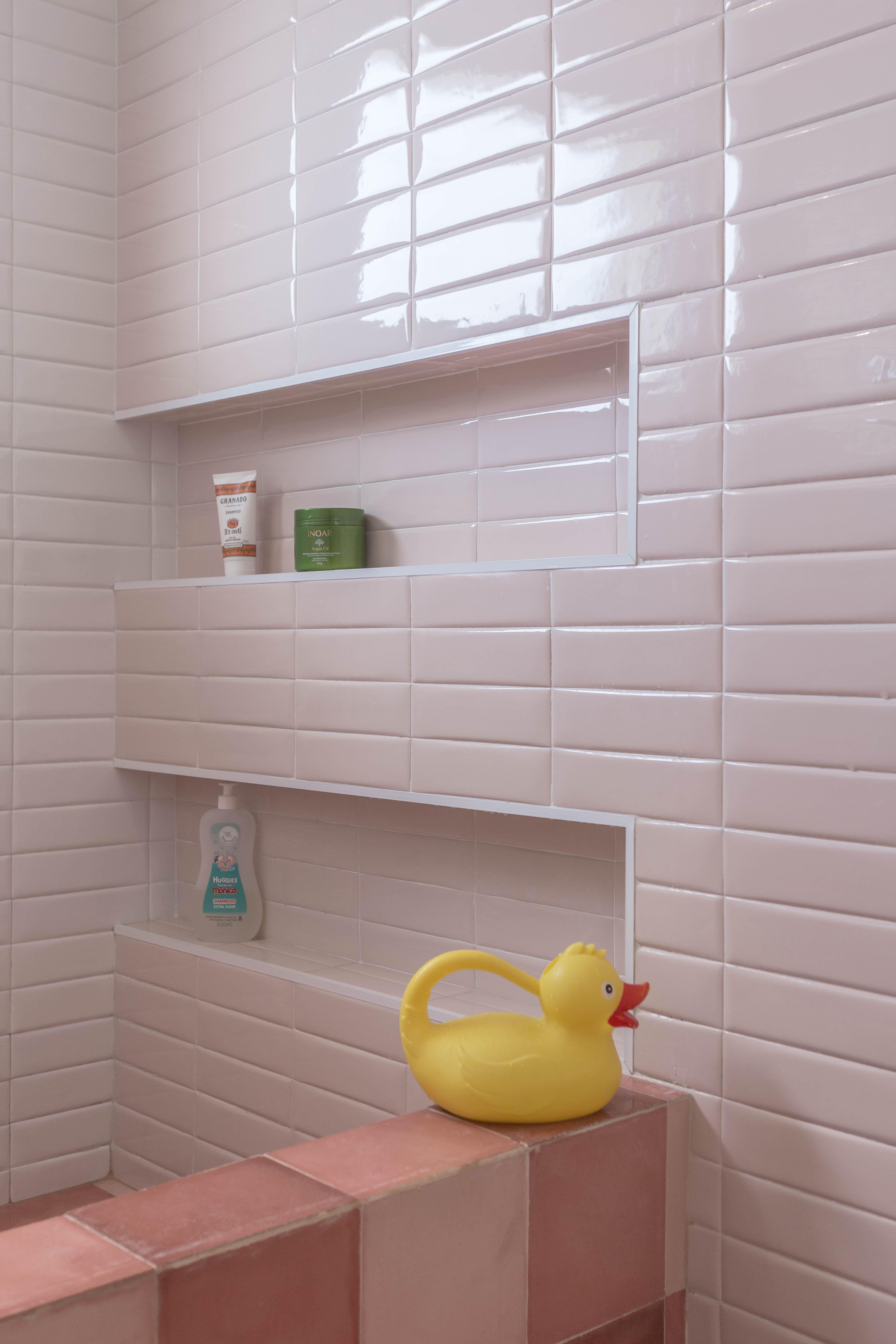 Banheiro De Casal Com Piso De Ladrilho Hidraulico Em Xadrez Em Tons De Rosa E Parede Revestida De Liverpool Porto Banheiro Banheiro Pequeno Parede De Banheiro