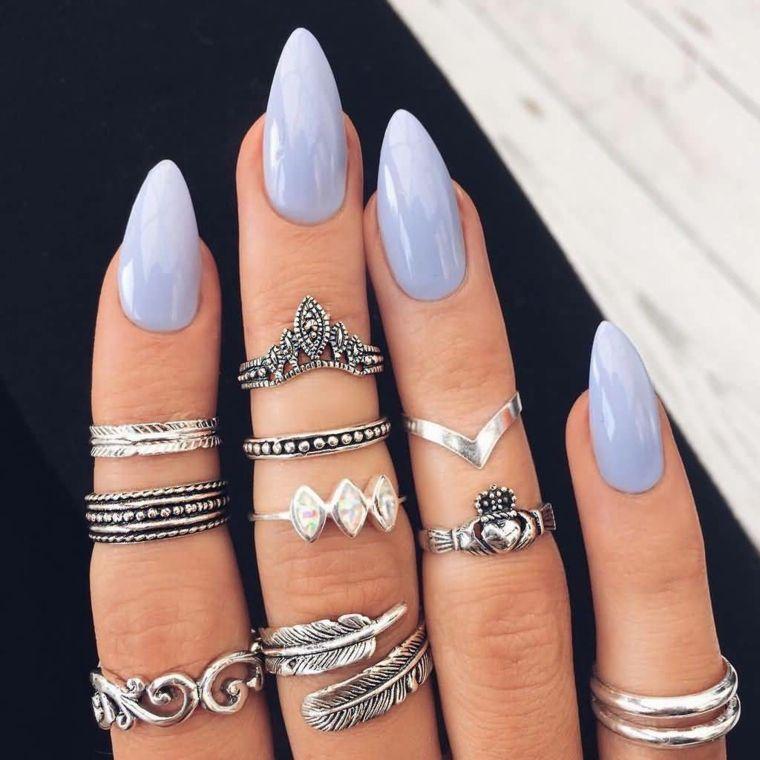 Unghie gel a mandorla di colore viola molto chiaro, accessori donna con  molti anelli