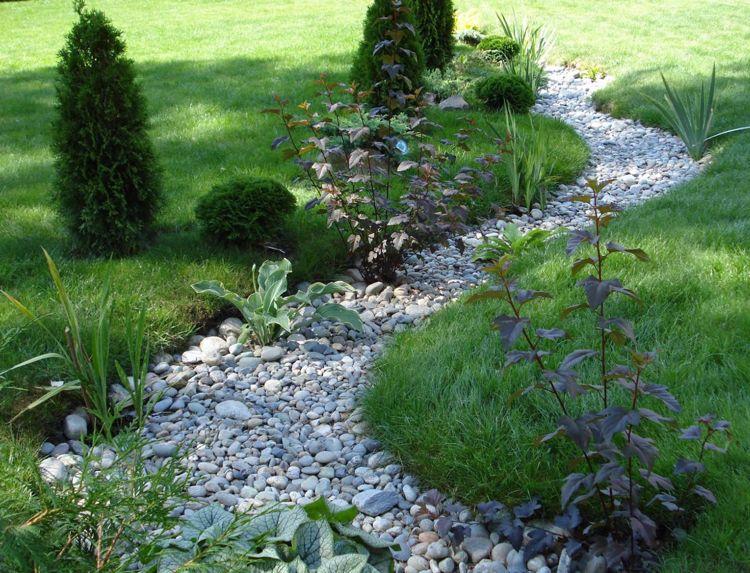 garten anlegen mit kies trockenbach anlegen kies rasen pflanzen #garden | garten
