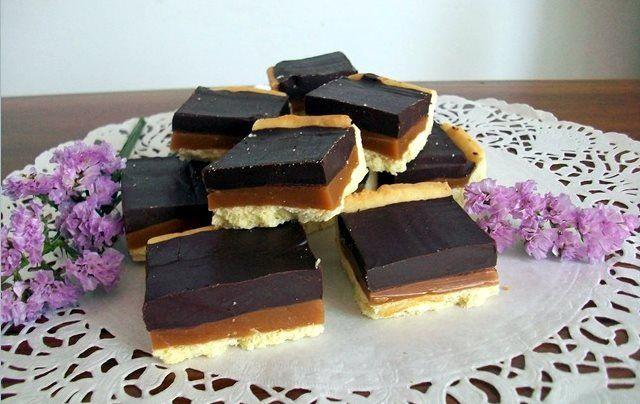 Quadrati di Frolla con Cioccolato e Caramello Mou