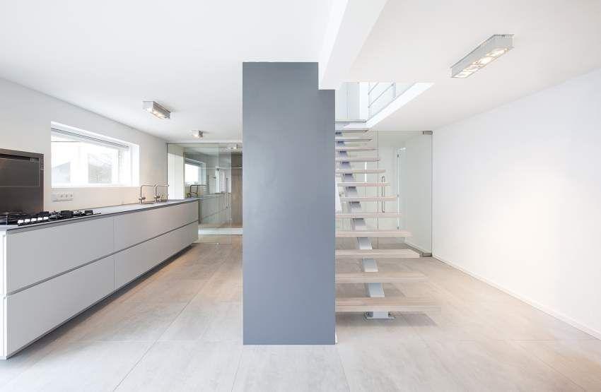 Opbouw spots keukenwand met trap mooie materialen combinatie