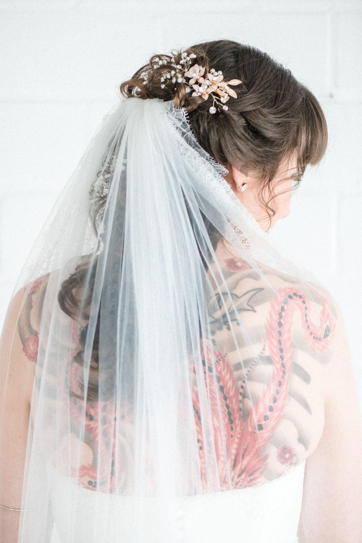 Brautfrisur Mit Schleier Ruckentattoo Offene Haare Headpiece