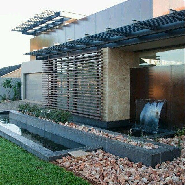 Dise o de fachadas para vivienda moderna trabajada con - Verjas de madera ...