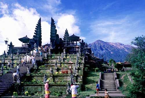 Pura Tanah Lot Terkenal Sebagai Obyek Wisata Di Bali Karena Letaknya