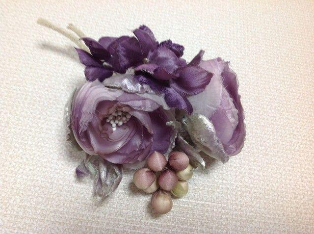 紫色丸薔薇と葡萄のコサージュの画像1枚目