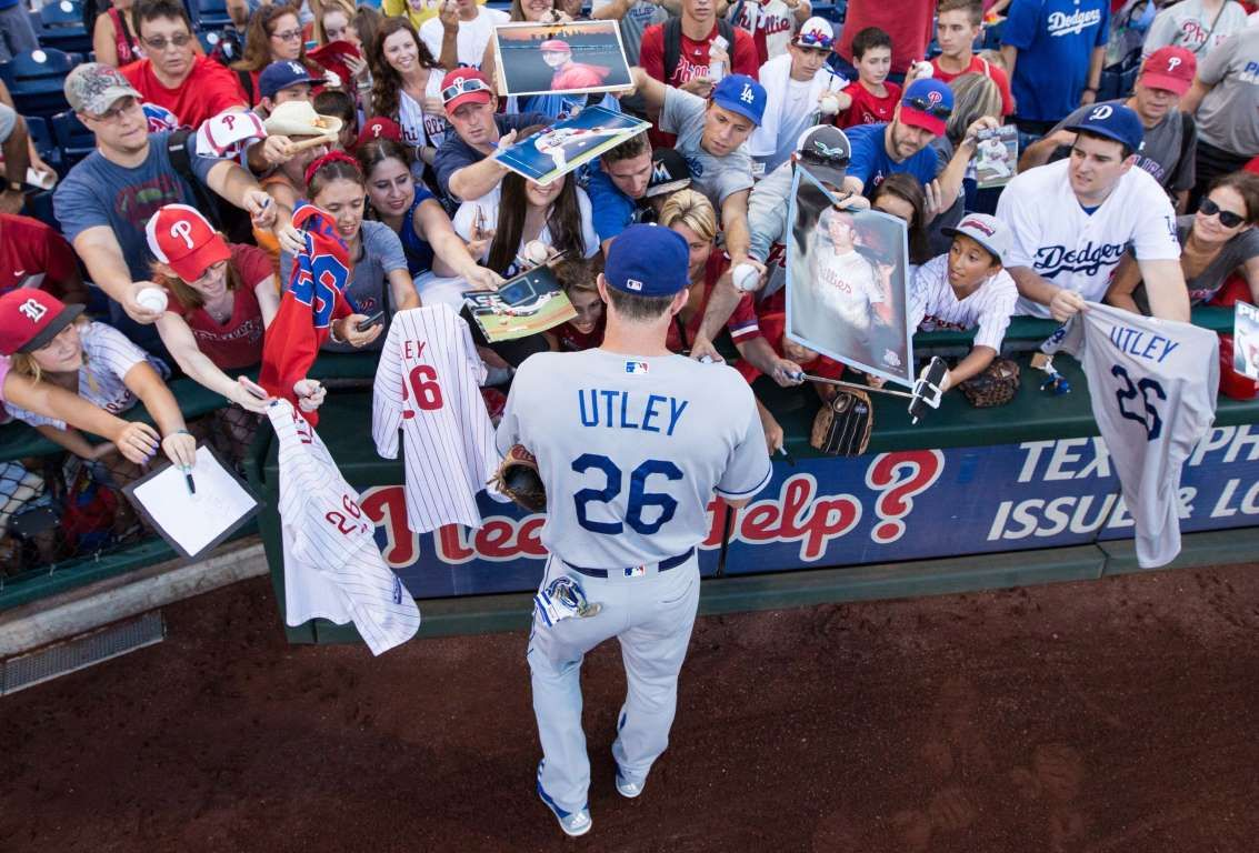 Chasing Autographs Los Angeles Dodgers Second Baseman Chase Utley Signs Autographs For Fans Prior To Action Against The Phi Mlb Baseball Philadelphia Phillies