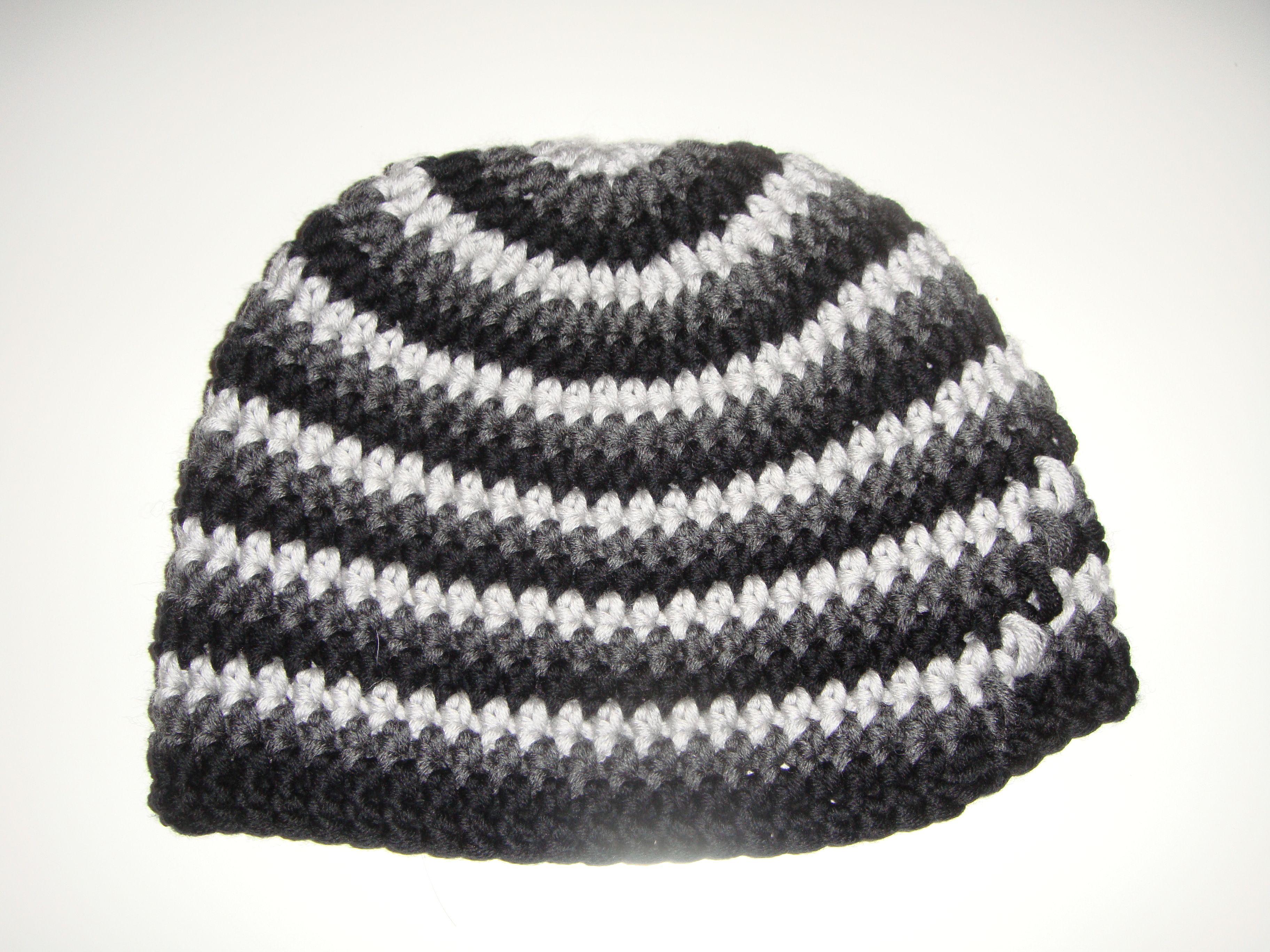 eine neue Mütze in hellgrau, dunkelgrau und schwarz