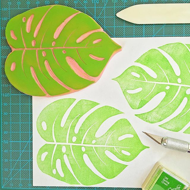 Gravure du tampon feuille de Philodendron dont je me sert pour mes langes pour @hopechesthomemom et en chemin vers Sacramento ! I hangraved the Philodendron Leaf rubbertsamp that I use to print my swaddle blankets for @hopechesthomemom and on its way to #sacramento ! #rubberstamp #kraftille #blockprint #handcarved #handcarvedstamp #stampcarving #shopsmall #etsy #etsyfr #etsyfrance #philodendron #philodendronleaf #tropical #tropicalleaves #teampetitparis