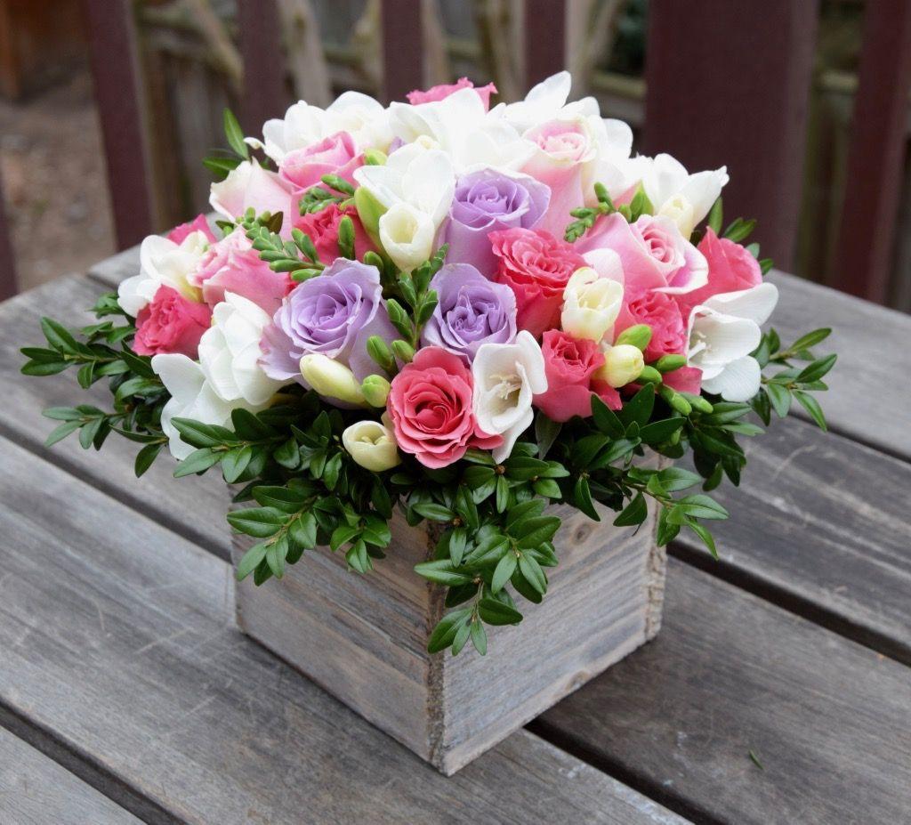 Floral Gift Box Roses Freesias And Greens Con Imagenes Bellos Arreglos Florales Arreglo Floral Rosas Arreglos Florales Modernos