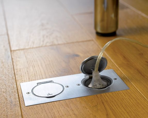 prise cach e sous la table de salle manger canap. Black Bedroom Furniture Sets. Home Design Ideas