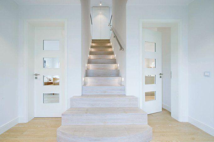 Der Grundriss Wird Im Erdgeschoss Mittig Von Repräsentativen Gerade Nach Oben Führenden Treppe Geteilt