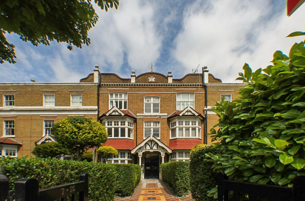 House hunting in London? This flat is in one of Clapham's most sought after mansion blocks: