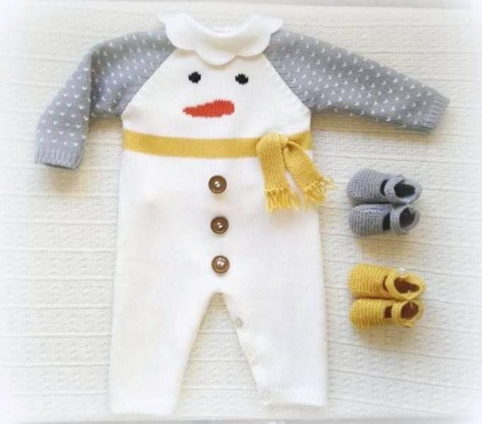 Macacão liso com boneco de neve bordado à mão, cachecol feito à mão e botões nas pernas e nas costas.  Ref: MC11  Veja aqui o catálogo de cores.