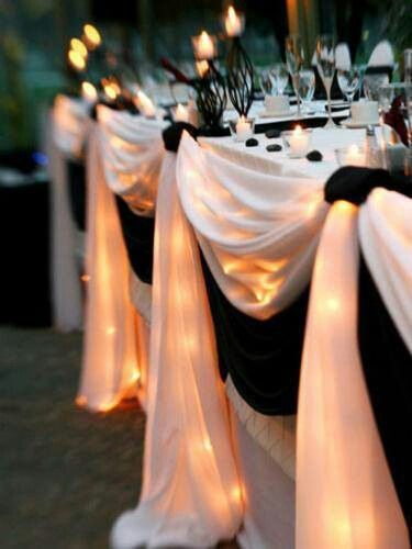 Black and white table. WANT WEDDING TO BE WHITE BLACK GOLD AND SPARKLE/ DIAMONDS