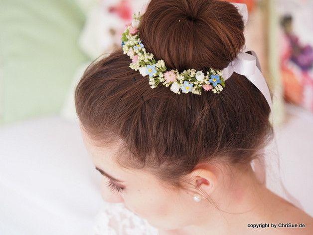 Kommunion Kranzchen Haarschmuck Blumchen Dieses Zarte Kranzchen Aus Kunstlichen Kleinen Cremeweissen Blute Haarschmuck Blumenkranz Haare Haarschmuck Blumen