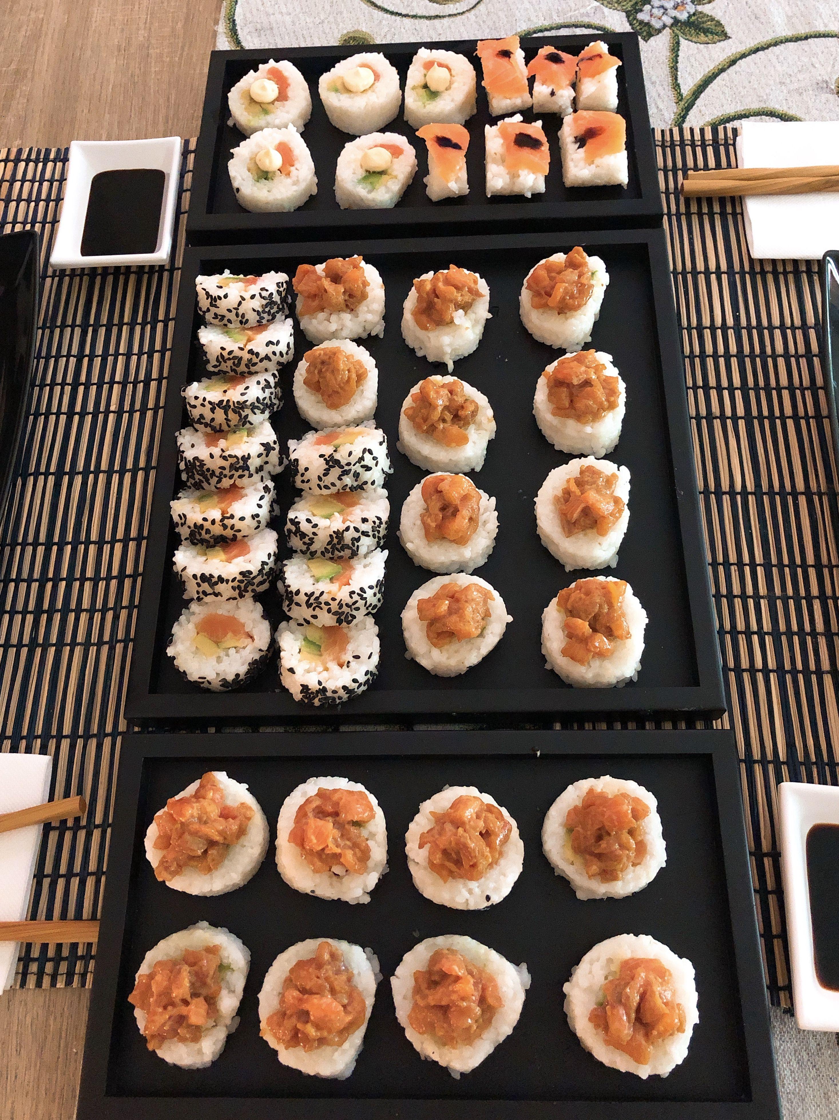 Uramaki Ricetta Facile.Sushi Homemade Senza Alga Uramaki Con Salmone Philadelphia E Avocado E Con Gamberi In Tempura Maionese E Avocado Ricoperti Cibo Salmone Marinato Ricette