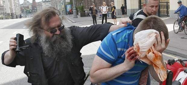 Agreden y detienen al líder del movimiento homosexual ruso en una fallida marcha del orgullo gay - 20minutos.es