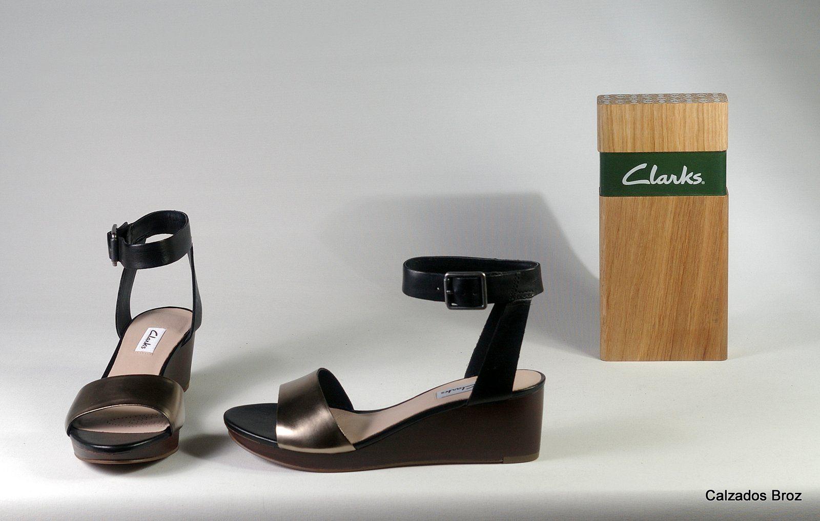 Colección Clarks. Sandalia de piel tobillera e con cuña - Negro. (muller).