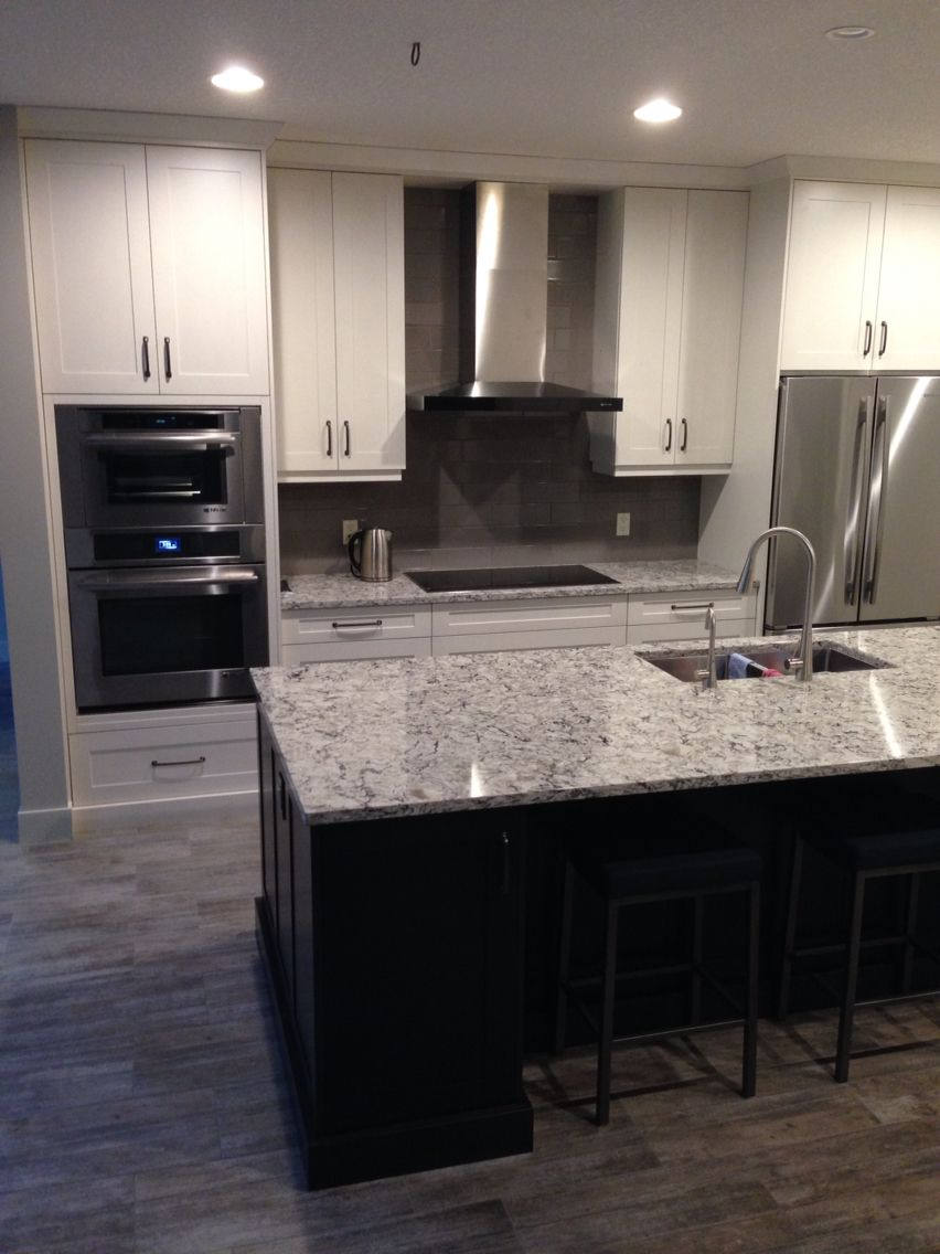 Coordinar gabinete de la cocina piso de madera de color - Kitchen Reno White Perimeter Charcoal Island Cambria Quarts Countertop In Bellingham