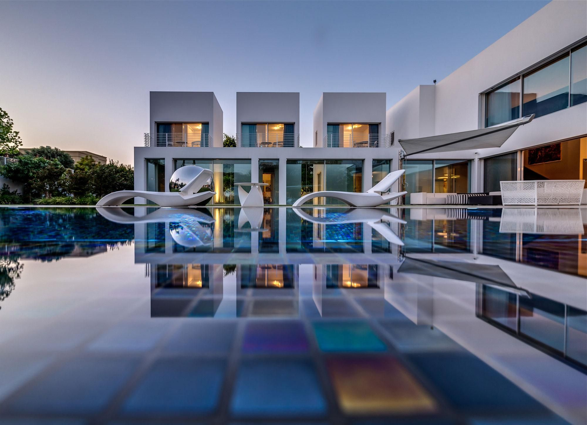 Modern mansion with pool for more pictures visit http a Contemporary house builders
