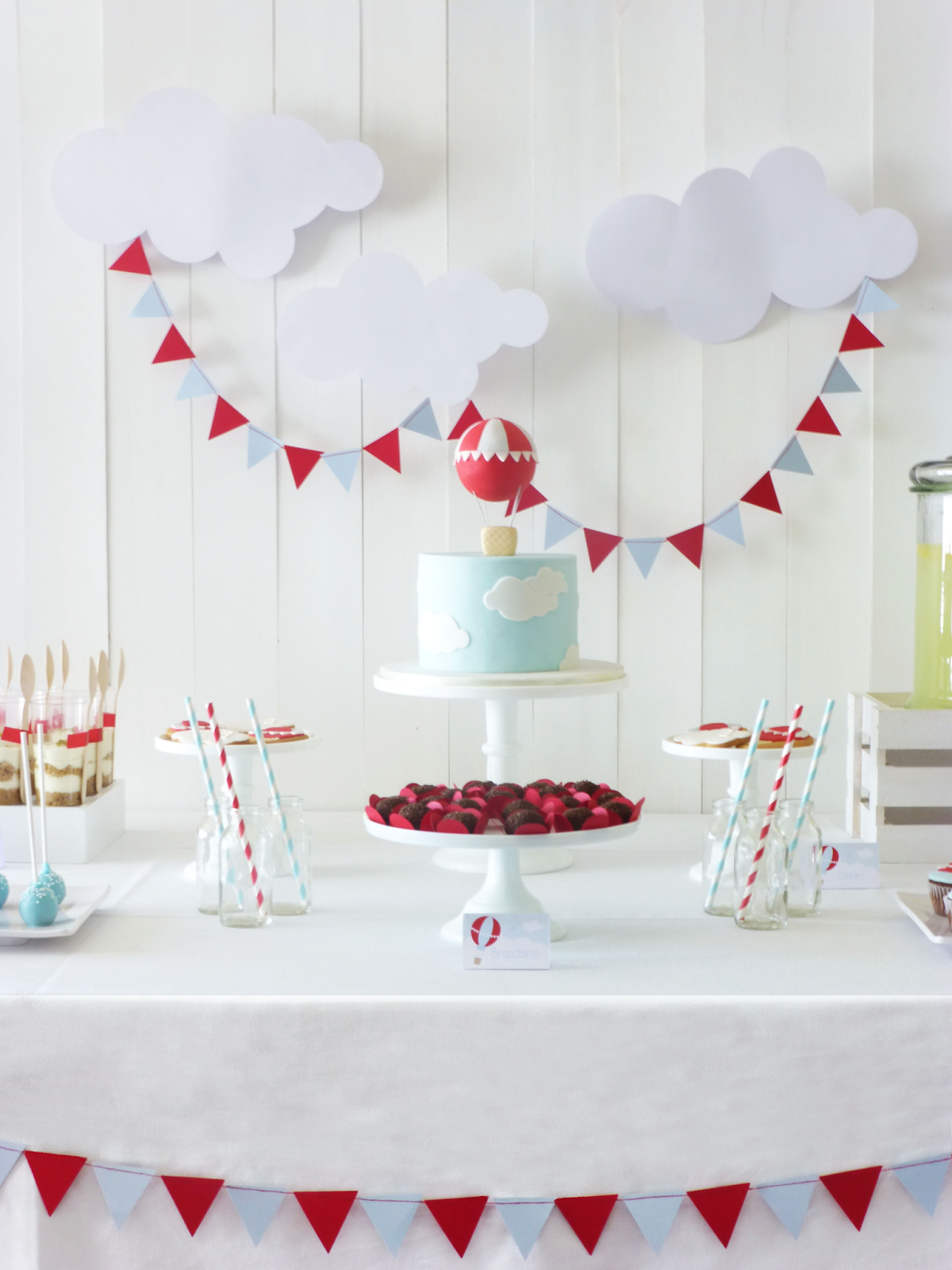 Idea For Dessert Table Gives Us The Option For A Small Cake Cupcakes And Other Opti Hot Air Balloon Baby Shower Hot Air Balloon Party Birthday Party Balloon