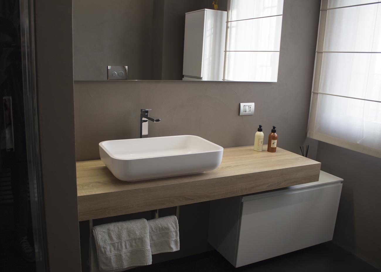 Mobile bagno composto da una mensola effetto legno con