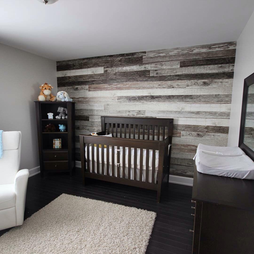 Une chambre bébé moderne avec mur en parement de bois. Esprit ...